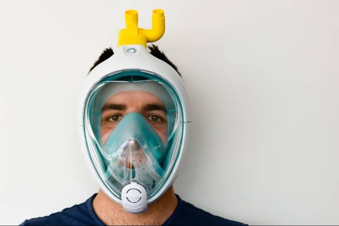 proteção facial feita de plástico