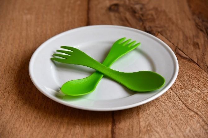 prato e talheres descartáveis