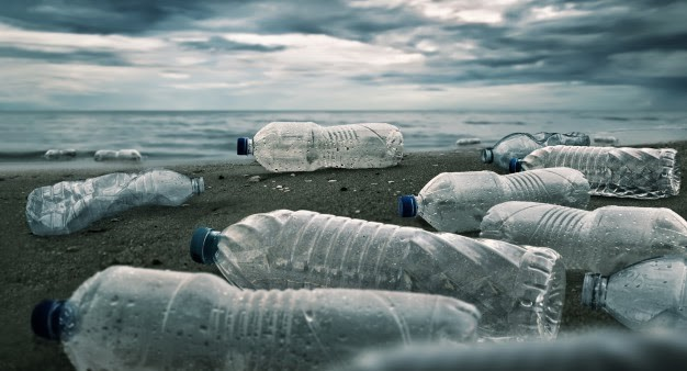 garrafas plásticas na praia