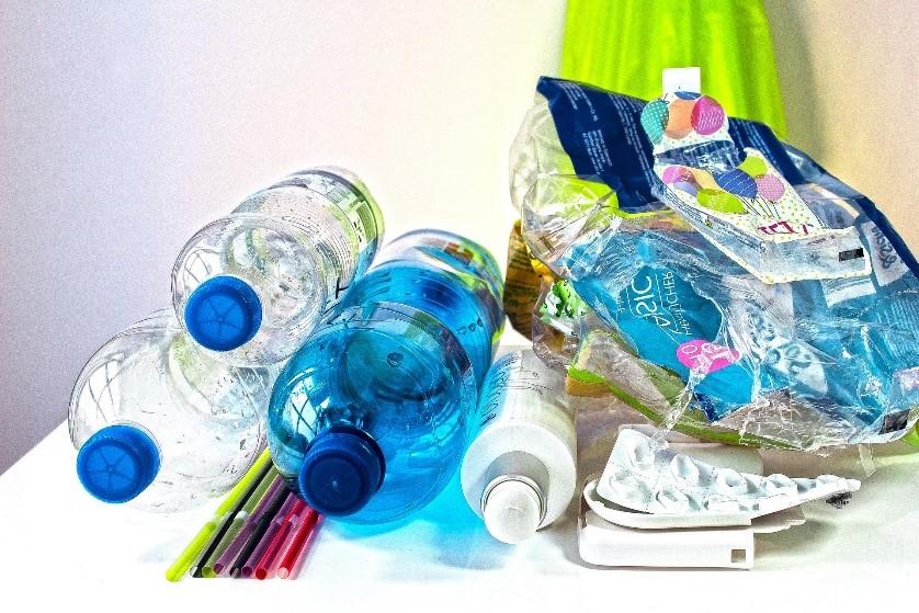 plásticos em descarte
