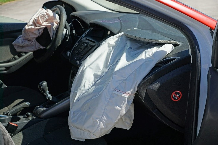 airbag saindo do carro