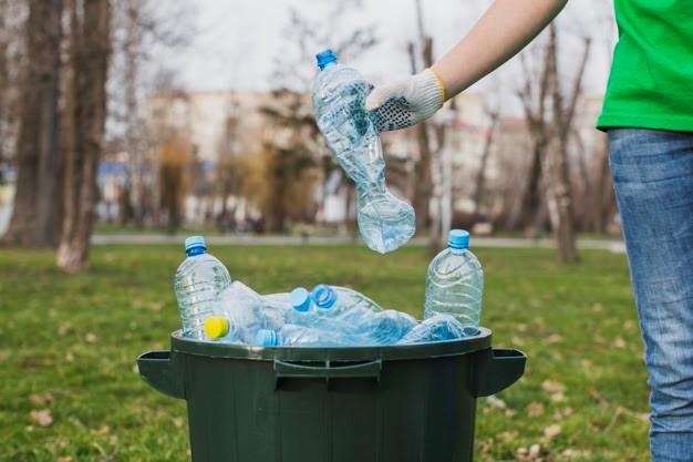 garrafas plásticas sendo descartadas