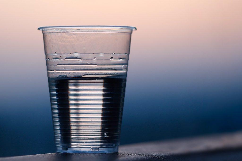 copo descartável com água