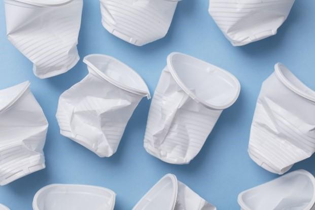 copos plásticos amassados